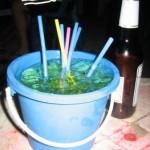Beber en un cubo de playa y el whisky que es ron