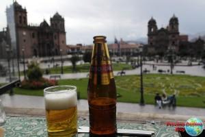 Cusqueña en la plaza de Armas de Cuzco