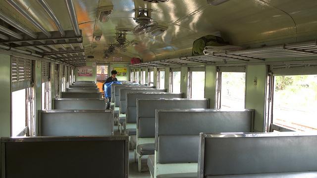 Asi son los trenes de tercera clase en Tailandia