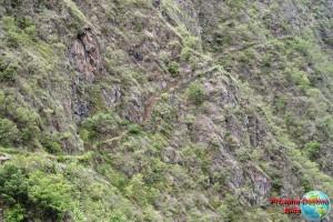 Por ese camino tan estrecho de escaleras se sube hasta el punto de las fotos anteriores