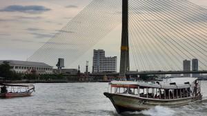 El Chao Phraya Express con el puente Rama VII detrás. Foto con licencia Creative Commons