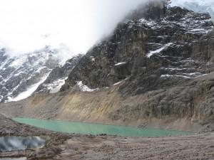 Lago en medio del trekking de Salkantay
