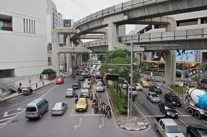 Una de las grandes avenidas de Bangkok con el Sky Train encima de ellas. Foto con licencia Creative Commons