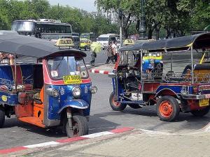 Tuk-tuk típico de Bangkok. Foto con licencia Creative Commons