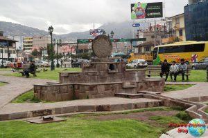 Pequeño monumento en la misma plaza que el monumento al Inka Pachacutec
