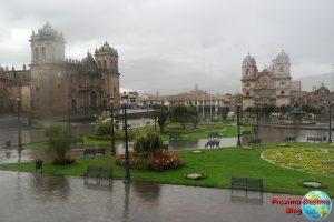 Esta foto pude sacar mientas comía. Desde luego, cuando la lluvia cae, es el único momento que se puede sacar una foto de la Plaza de Armas desierta